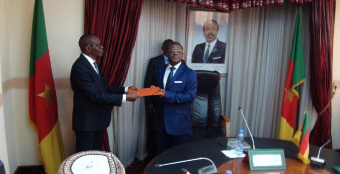Le Gouverneur du Nord-ouest remettant la contribution de sa région au Premier Ministre